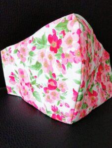 Mascherina con fiori rosa