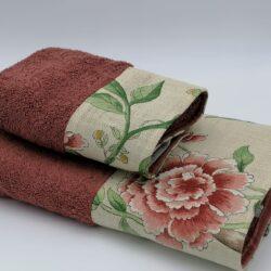 Coppia di asciugamani bordati in spugna