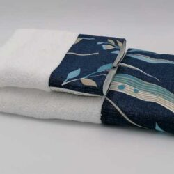 Asciugamano di spugna bianco con bordo blu