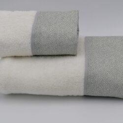 Set di asciugamani bianchi con bordo grigio perla